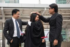 Studentesse laureate con il papà Fotografie Stock