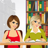 Studentesse nella biblioteca di istituto universitario Immagini Stock