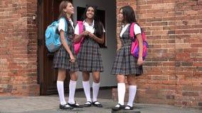 Studentesse teenager felici che socializzano Fotografie Stock