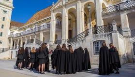 Studentesse in vestiti neri all'università di Coimbra Fotografie Stock Libere da Diritti
