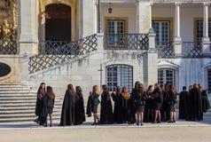 Studentesse in vestiti neri all'università di Coimbra Fotografia Stock Libera da Diritti