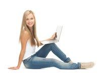 Studentflicka med bärbar datordatoren Royaltyfri Fotografi