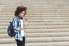 Studentflicka med böcker på universitetbakgrund arkivbild