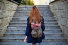 Studentflicka med trappa för en ryggsäckklättring Arkivfoto