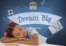 Studentflicka som sover på en tabell mot den blåa svart tavla med dröm- stor text och utbildning och schoo Royaltyfri Foto
