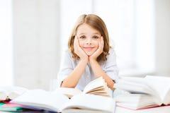 Studentflicka som studerar på skolan Royaltyfri Bild