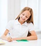 Studentflicka som studerar på skolan Royaltyfria Bilder