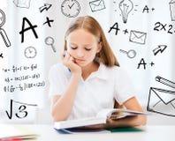 Studentflicka som studerar på skolan Royaltyfri Foto