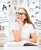 Studentflicka som studerar på skolan Arkivfoton
