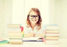 Studentflicka som studerar på skolan Arkivbilder