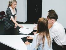 Studentflickan talar vetenskaplig konferensutbildning Royaltyfri Foto