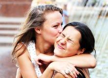 Studentflickor har gyckel Royaltyfria Foton