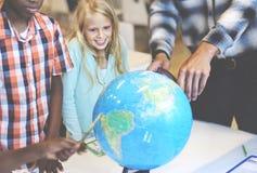 Studentgeografi som lär klassrumbegrepp royaltyfri foto