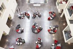 Studentgrupper på placering i en modern universitethjärtförmak Fotografering för Bildbyråer