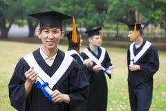 studenti in abiti di graduazione sul campus universitario Fotografia Stock Libera da Diritti