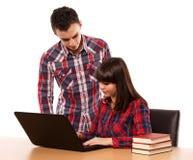 Studenti adolescenti che lavorano insieme Fotografia Stock