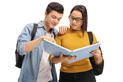 Studenti adolescenti che leggono insieme un libro Fotografia Stock