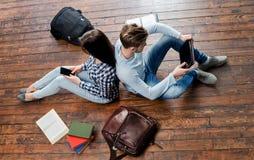 Studenti adolescenti che studiano sul pavimento Fotografia Stock