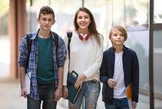 Studenti adolescenti che vanno all'istituto universitario Fotografia Stock Libera da Diritti