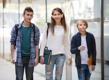 Studenti adolescenti che vanno all'istituto universitario Immagini Stock
