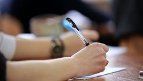 Studenti adolescenti della High School allo scrittorio video d archivio