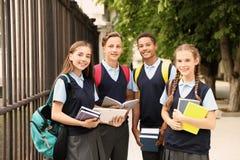 Studenti adolescenti in uniforme scolastico alla moda fotografia stock libera da diritti