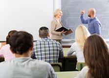 Studenti adulti con l'insegnante in aula Fotografie Stock Libere da Diritti