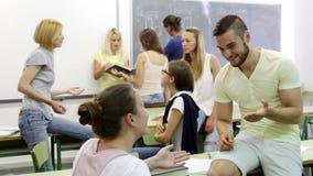 Studenti adulti felici durante la pausa video d archivio