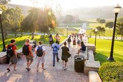 Studenti alla città universitaria del UCLA immagine stock