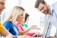 Studenti alla lezione di programmazione e di informatica Immagini Stock