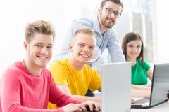 Studenti alla lezione di programmazione e di informatica Fotografia Stock