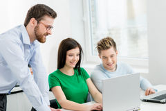 Studenti alla lezione di programmazione e di informatica Immagine Stock Libera da Diritti
