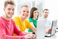 Studenti alla lezione di programmazione e di informatica Immagine Stock