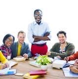 Studenti allegri multietnici con il professore Fotografia Stock