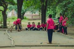 Studenti amichevoli che giocano petanque alla scuola Fotografia Stock Libera da Diritti