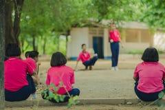 Studenti amichevoli che giocano petanque alla scuola Immagini Stock