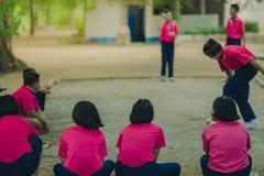 Studenti amichevoli che giocano petanque alla scuola Fotografie Stock Libere da Diritti
