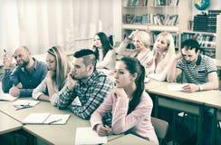 Studenti annoiati che si siedono alla lezione Fotografie Stock