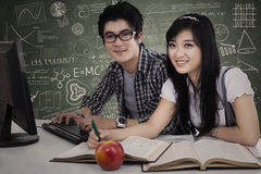 Studenti asiatici che studiano nella classe Fotografia Stock Libera da Diritti