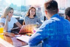 Studenti attenti che ascoltano l'un l'altro con l'interesse Immagine Stock