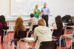 Studenti attenti con l'insegnante nell'aula Fotografie Stock