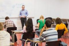 Studenti attenti con l'insegnante nell'aula Fotografia Stock