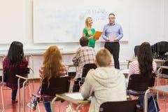 Studenti attenti con l'insegnante nell'aula Immagini Stock
