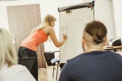 Studenti in aula che imparano l'inglese Immagine Stock