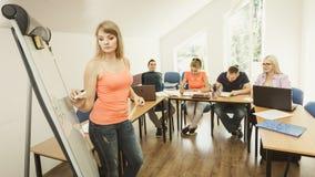 Studenti in aula che imparano l'inglese Immagini Stock