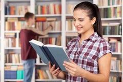 Studenti in biblioteca. Fotografia Stock Libera da Diritti