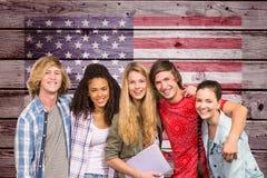studenti a braccetto contro la bandiera americana sulla parete di legno Fotografia Stock Libera da Diritti