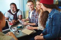 Studenti in caffè Fotografie Stock Libere da Diritti