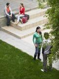 Studenti in campus universitario fotografia stock libera da diritti