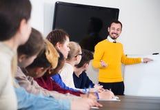 Studenti che ascoltano l'insegnante Fotografia Stock
